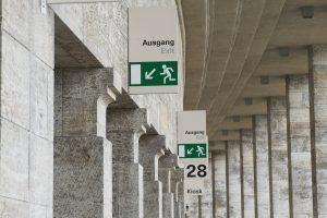 Fluchtwege ermöglichen Besuchern eines Gebäudes, auch in Stresssituationen den schnellstmöglichen Weg ins Freie zu finden.