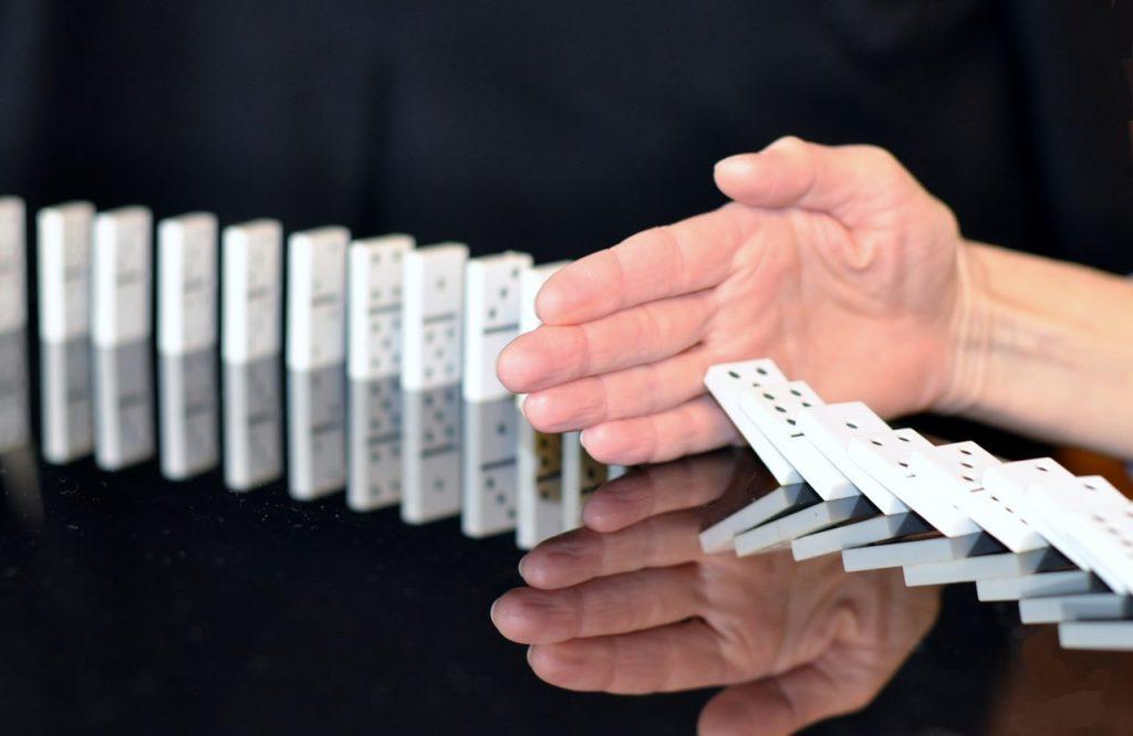 Krisenmanagement Unterbrechen Sie den fehlerhaften Prozess wie beim Domino